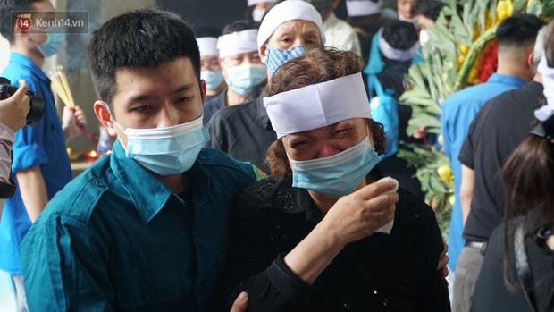 Ảnh: Tang thương đám tang cả gia đình tử vong trong vụ cháy, các em học sinh lớp 4 cầm nhành hoa trắng đưa tiễn bạn về nơi an nghỉ cuối cùng - Ảnh 10.