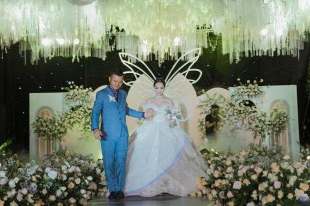 Nữ ca sĩ Việt bỗng gây xôn xao vì hôn lễ với chồng hơn 12 tuổi: Choáng nhất váy cưới giá 1 tỷ đồng đính 80.000 viên pha lê, kim cương - Ảnh 7.