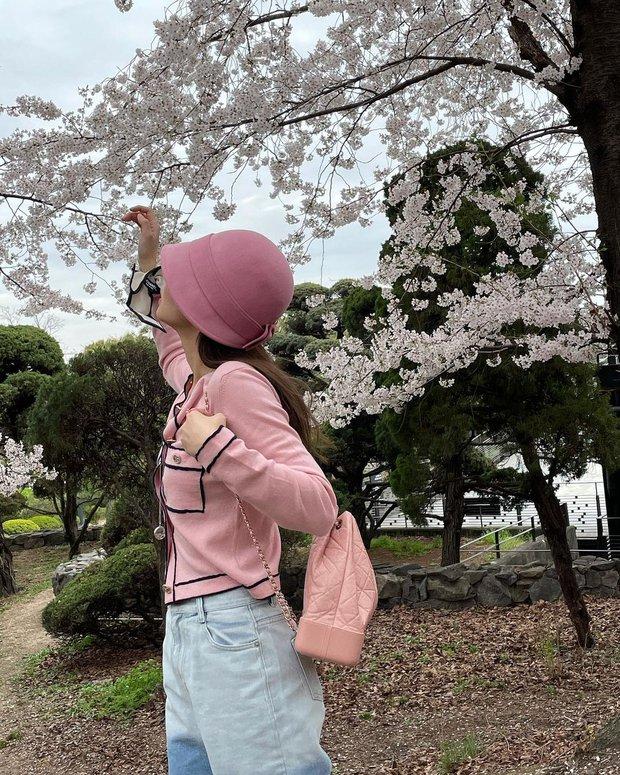 Công chúa YG Jennie ngắm hoa anh đào nó phải khác: Mặc áo 102 triệu chứ nhiêu, còn zoom cận tự bóc nhan sắc thật cho vui - Ảnh 6.