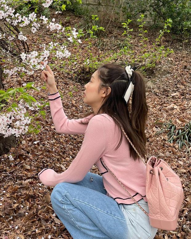 Công chúa YG Jennie ngắm hoa anh đào nó phải khác: Mặc áo 102 triệu chứ nhiêu, còn zoom cận tự bóc nhan sắc thật cho vui - Ảnh 9.