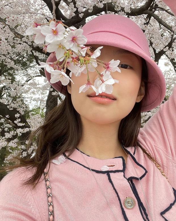 Công chúa YG Jennie ngắm hoa anh đào nó phải khác: Mặc áo 102 triệu chứ nhiêu, còn zoom cận tự bóc nhan sắc thật cho vui - Ảnh 3.