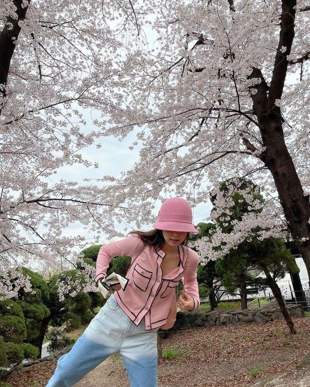 Công chúa YG Jennie ngắm hoa anh đào nó phải khác: Mặc áo 102 triệu chứ nhiêu, còn zoom cận tự bóc nhan sắc thật cho vui - Ảnh 4.