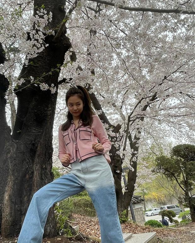 Công chúa YG Jennie ngắm hoa anh đào nó phải khác: Mặc áo 102 triệu chứ nhiêu, còn zoom cận tự bóc nhan sắc thật cho vui - Ảnh 7.