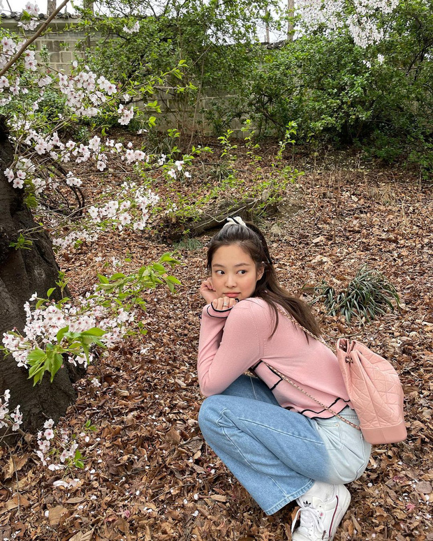 Công chúa YG Jennie ngắm hoa anh đào nó phải khác: Mặc áo 102 triệu chứ nhiêu, còn zoom cận tự bóc nhan sắc thật cho vui - Ảnh 8.