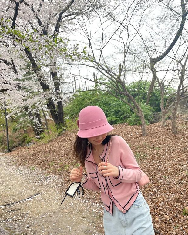 Công chúa YG Jennie ngắm hoa anh đào nó phải khác: Mặc áo 102 triệu chứ nhiêu, còn zoom cận tự bóc nhan sắc thật cho vui - Ảnh 5.