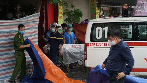 Hiện trường kinh hoàng vụ cháy nhà khiến 4 người tử vong trên phố Hà Nội: Khói vẫn âm ỉ bốc lên trên tầng tum - Ảnh 19.
