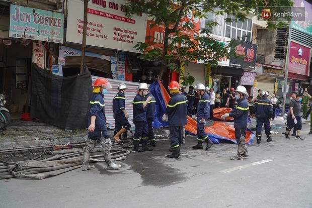 Hiện trường kinh hoàng vụ cháy nhà khiến 4 người tử vong trên phố Hà Nội: Khói vẫn âm ỉ bốc lên trên tầng tum - Ảnh 20.