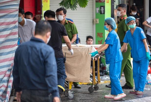 Hiện trường kinh hoàng vụ cháy nhà khiến 4 người tử vong trên phố Hà Nội: Khói vẫn âm ỉ bốc lên trên tầng tum - Ảnh 17.