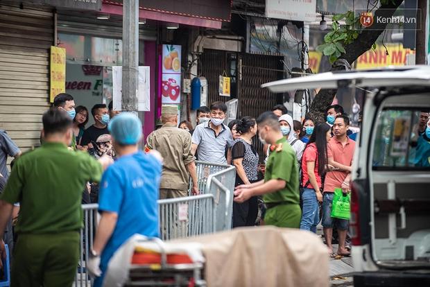 Hiện trường kinh hoàng vụ cháy nhà khiến 4 người tử vong trên phố Hà Nội: Khói vẫn âm ỉ bốc lên trên tầng tum - Ảnh 18.