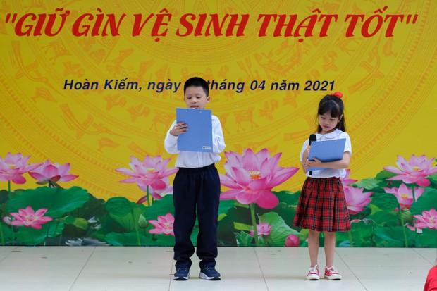 Con trai BTV Quang Minh mới lớp 1 đã làm host chương trình tầm cỡ quốc tế, làm hành động với bạn nữ được bố khen nức nở - Ảnh 2.