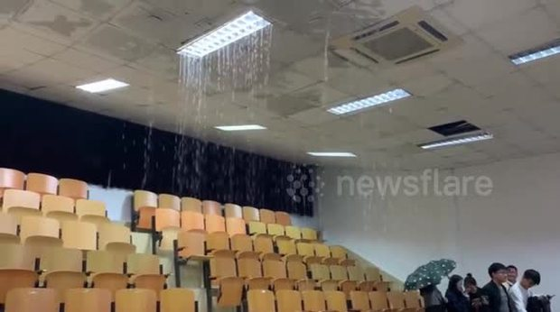 Clip: Mưa to làm sập trần giảng đường, nước tràn vào như suối khiến sinh viên chạy mất dép - Ảnh 2.