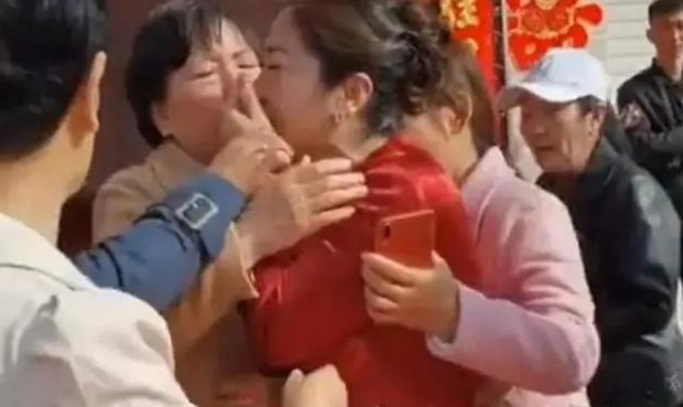 Đến dự đám cưới con trai, bà mẹ bỗng phát hiện cô dâu chính là con gái ruột mất tích nhiều năm trước, cái kết bất ngờ khiến ai nấy nghẹn ngào - Ảnh 3.