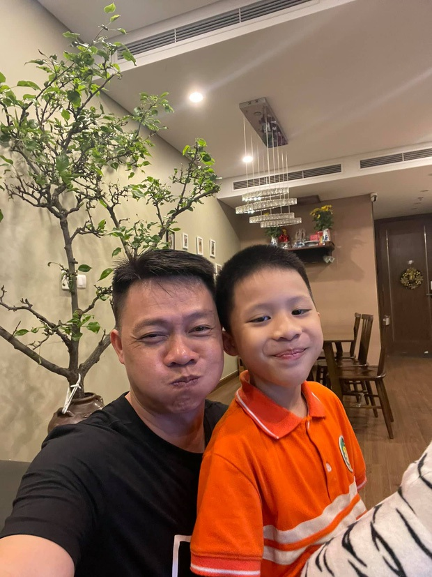Con trai BTV Quang Minh mới lớp 1 đã làm host chương trình tầm cỡ quốc tế, làm hành động với bạn nữ được bố khen nức nở - Ảnh 1.
