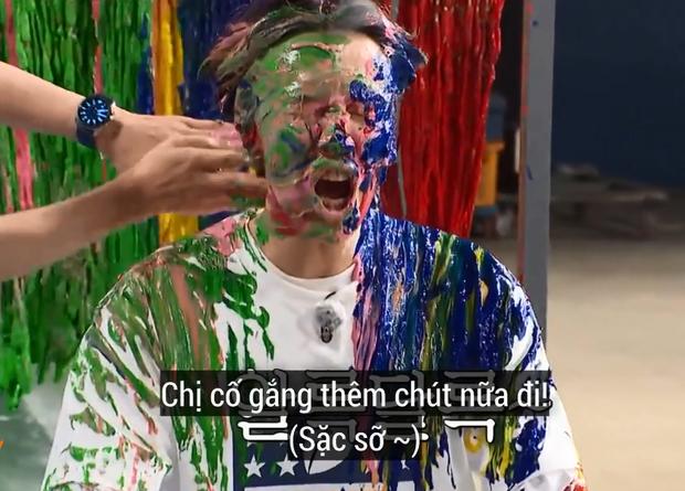 Lee Kwang Soo xui nhì thì không ai xui nhất: Bị quét sơn, đổ dầu hắc lên người và biến thành... quạ đen - Ảnh 1.
