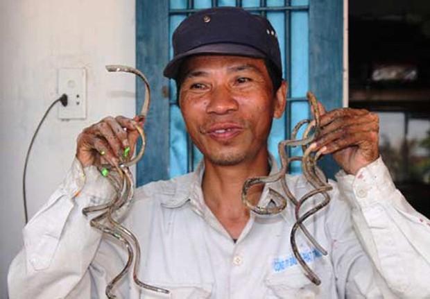 """Vợ """"dị nhân"""" móng tay dài nhất Việt Nam: Mỗi lần thay quần áo mất 15, có khi phải mặc cho chồng từ tối hôm trước để sáng khỏi vội vàng - Ảnh 1."""