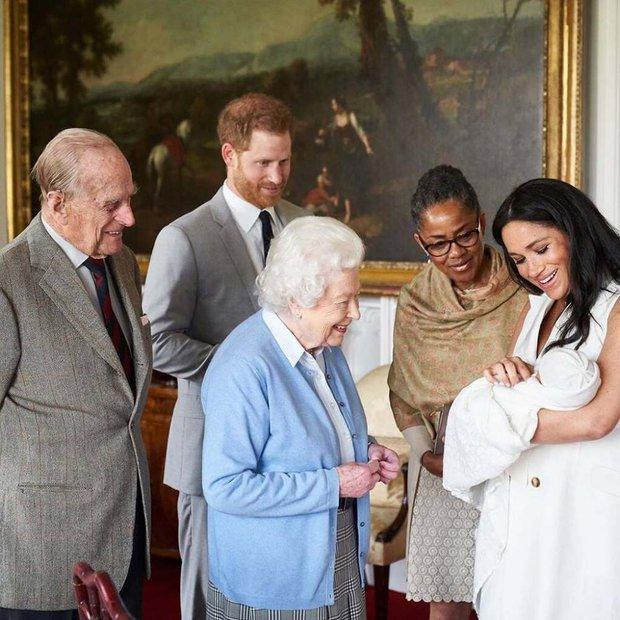 """Nữ hoàng Anh từng ưu ái và quý mến Meghan hơn hẳn mọi người nghĩ, nhưng cuối cùng lại bị cháu dâu """"phủi sạch"""" trong cuộc phỏng vấn - Ảnh 4."""
