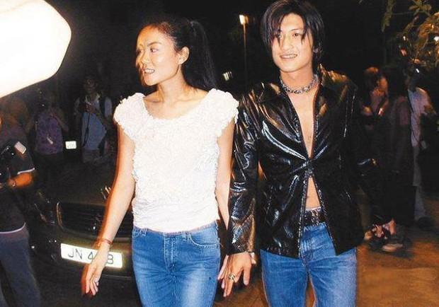 Tóm sống cảnh Tạ Đình Phong nắm tay Vương Phi tái hiện hình ảnh kinh điển 21 năm trước giữa nghi vấn Trương Bá Chi mang thai - Ảnh 3.