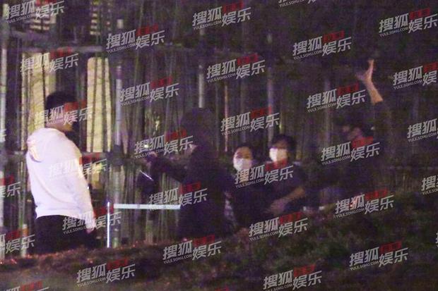 Tóm sống cảnh Tạ Đình Phong nắm tay Vương Phi tái hiện hình ảnh kinh điển 21 năm trước giữa nghi vấn Trương Bá Chi mang thai - Ảnh 5.