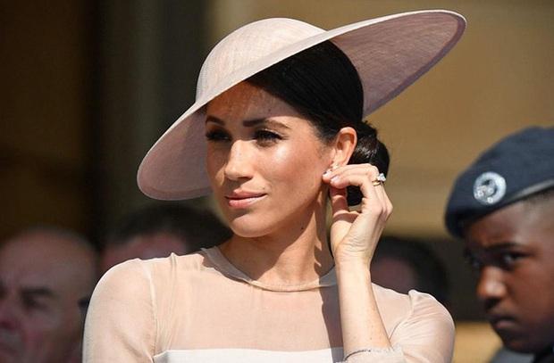 Harry khiến nhân viên cung điện khiếp sợ, tham vọng lớn nhất của Meghan được tiết lộ, gia nhập Hoàng gia Anh chỉ là một nước cờ - Ảnh 2.