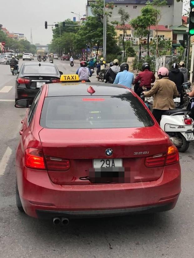 BMW tiền tỉ gắn biển taxi chạy trên phố Hà Nội khiến người đi đường xôn xao, chụp ảnh đăng lên MXH - Ảnh 1.