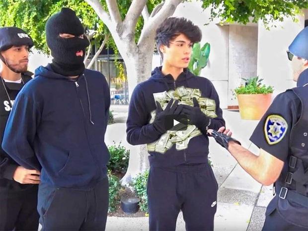 Dàn dựng cảnh cướp ngân hàng quá giống, hai nam YouTuber đối mặt án phạt 5 năm tù vì đùa dai - Ảnh 3.
