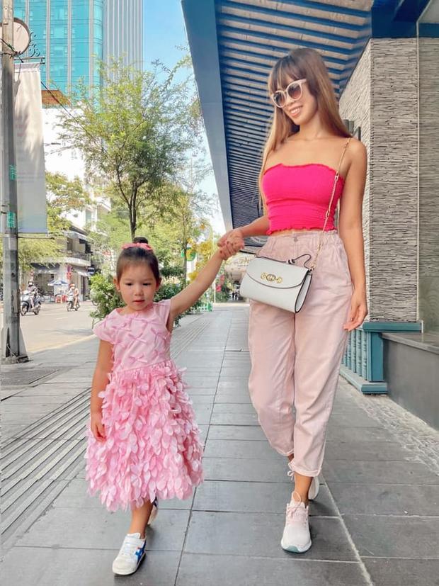 Sau 1 năm cho con đi học sớm, vợ chồng siêu mẫu Hà Anh hạnh phúc vì bé Myla bộc lộ nhiều tài năng, kiếm được tiền khi mới 2 tuổi nhờ page thời trang riêng - Ảnh 12.