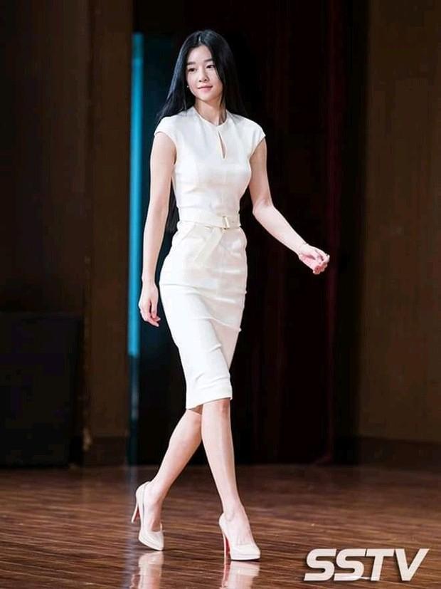 Nhìn lại style khi chưa nổi nhờ vai điên nữ của Seo Ye Ji: Nhạt nhòa thật nhưng body khủng không chê vào đâu được - Ảnh 4.