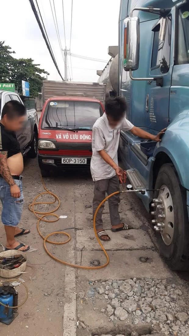 Xe bồn bị xì lốp và cắt nát dây điện vì tài xế đỗ ở cửa quán cơm nhưng lại đi ăn phở - Ảnh 3.