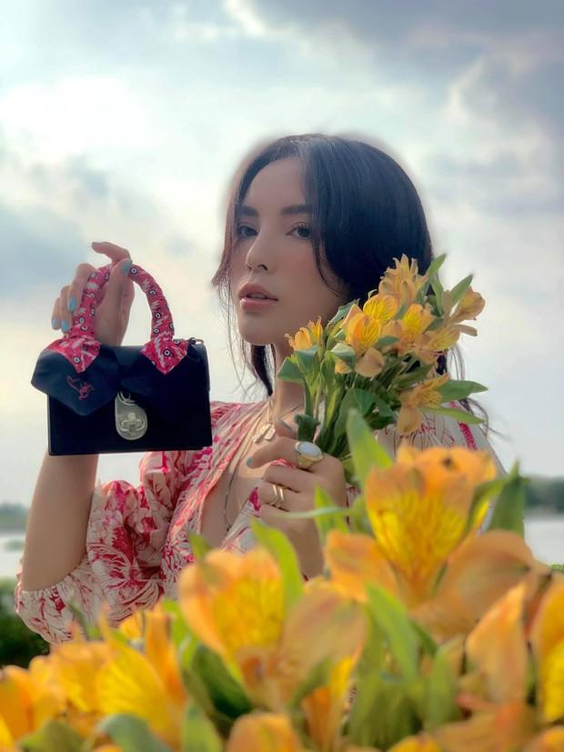 Phía sau một nàng thơ Kỳ Duyên bên chiếc túi hiệu là đồi hoa trồng bằng 5 người - Ảnh 4.