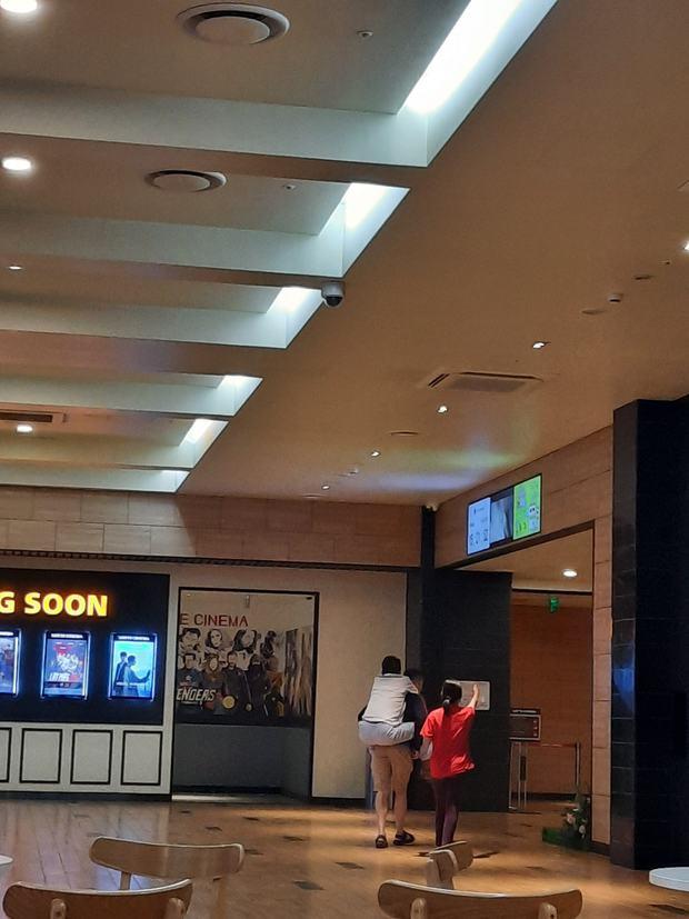 Cảm động hình ảnh người con trai cõng bố đến rạp xem phim: Liệu mai sau bố mẹ già đi, mình có chăm lo được một phần như này? - Ảnh 1.