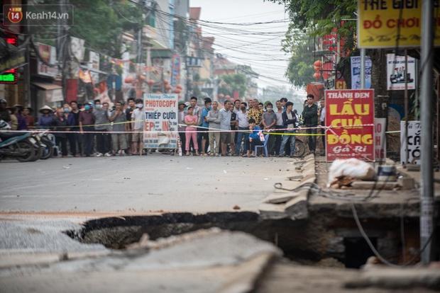 Hà Nội: Người dân bàng hoàng kể lại giây phút hố tử thần khổng lồ xuất hiện, nuốt chửng cây lộc vừng và khiến 20 hộ phải sơ tán - Ảnh 2.
