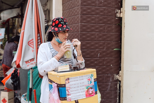 Ảnh, clip: Gặp cô Tây xinh đẹp bán bánh kem dạo mưu sinh trên đường phố Sài Gòn - Ảnh 13.