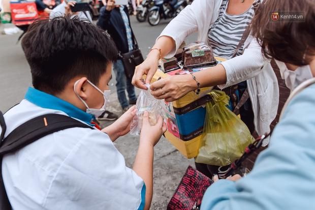 Ảnh, clip: Gặp cô Tây xinh đẹp bán bánh kem dạo mưu sinh trên đường phố Sài Gòn - Ảnh 14.