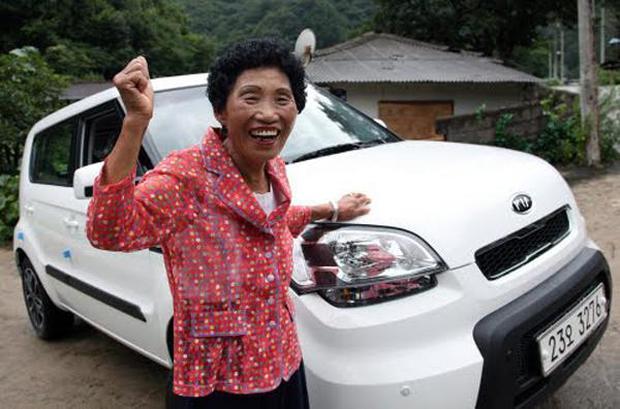 Cụ bà thi trượt bằng lái 959 lần, tới lần 960 mới đỗ ai ngờ được tặng luôn xế hộp để động viên - Ảnh 5.