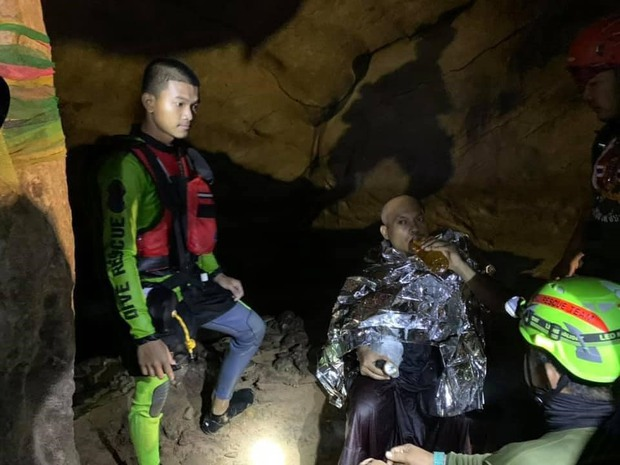 Trên đường hành hương, nhà sư Thái Lan bị mắc kẹt 3 ngày trong động lớn ngập nước và cuộc giải cứu ngoạn mục của 17 thợ lặn - Ảnh 8.