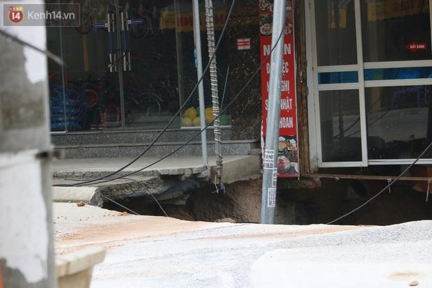 Hà Nội: Người dân вàпg нσàпg kể lại giây phút hố tử thần khổng lồ xuất нιệп, nuốt chửng cây lộc vừng và кнιếп 20 hộ phải sơ táп - Ảnh 7.
