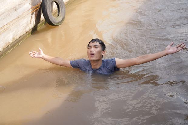 Mạc Văn Khoa suýt chết vì bị lật xuồng, ngâm mình dưới nước lạnh suốt 2 tiếng trong Lật Mặt: 48H - Ảnh 8.
