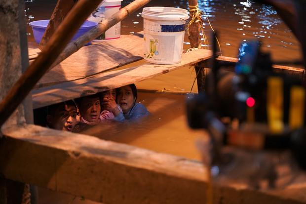 Mạc Văn Khoa suýt chết vì bị lật xuồng, ngâm mình dưới nước lạnh suốt 2 tiếng trong Lật Mặt: 48H - Ảnh 5.