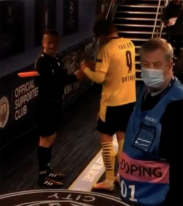 Trọng tài bị chỉ trích trẻ con sau khi nhờ Erling Haaland ký tặng vào... thẻ vàng - Ảnh 2.