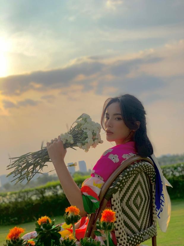 Phía sau một nàng thơ Kỳ Duyên bên chiếc túi hiệu là đồi hoa trồng bằng 5 người - Ảnh 3.
