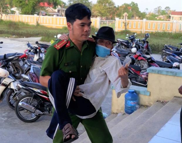 Công an xã Thủy Phù, thị xã Hương Thủy bế một cụ già bị tàn tật vào chỗ làm căn cước công dân