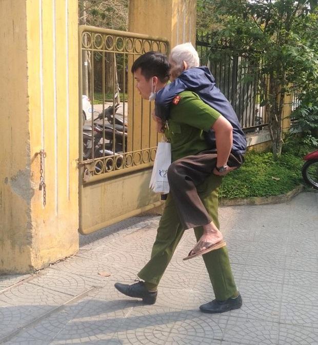 Công an phường Tây Lộc, TP. Huế cõng một cụ già ra xe sau khi hoàn tất làm căn cước công dân