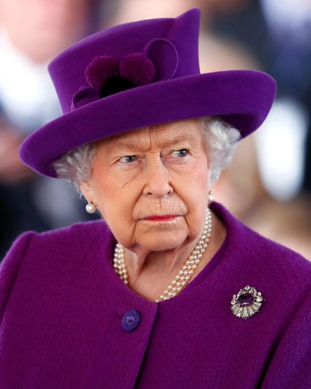 Chuyên gia tiết lộ chuyện xoay quanh drama chiếc vương miện bị Nữ hoàng cấm dùng của Meghan, Harry cũng bị nhắc nhở răn đe - Ảnh 1.