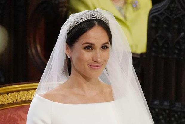 Chuyên gia tiết lộ chuyện xoay quanh drama chiếc vương miện bị Nữ hoàng cấm dùng của Meghan, Harry cũng bị nhắc nhở răn đe - Ảnh 2.