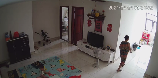 Check camera, mẹ trẻ hoảng hồn thấy con trai 9 tháng tuổi được nữ ô sin bế vào toilet rồi khóc ré lên dữ dội - Ảnh 2.