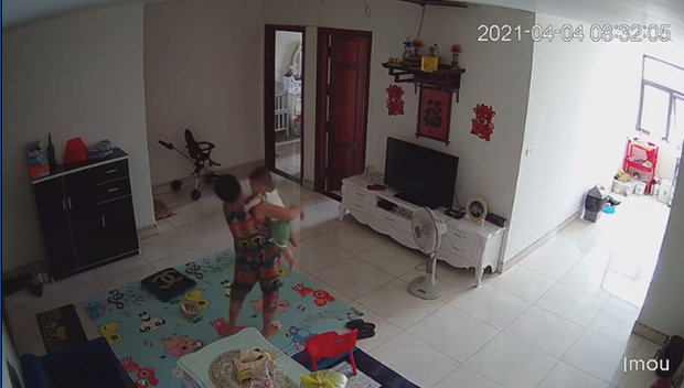 Check camera, mẹ trẻ hoảng hồn thấy con trai 9 tháng tuổi được nữ ô sin bế vào toilet rồi khóc ré lên dữ dội - Ảnh 3.