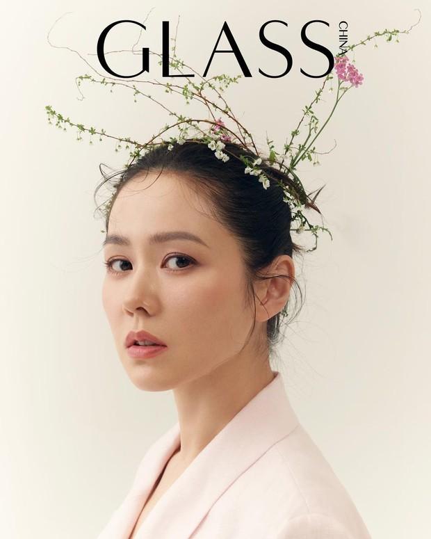 Son Ye Jin đẳng cấp như nữ thần mùa xuân, ảnh hậu trường còn xuất sắc hơn cả ảnh tạp chí - Ảnh 2.