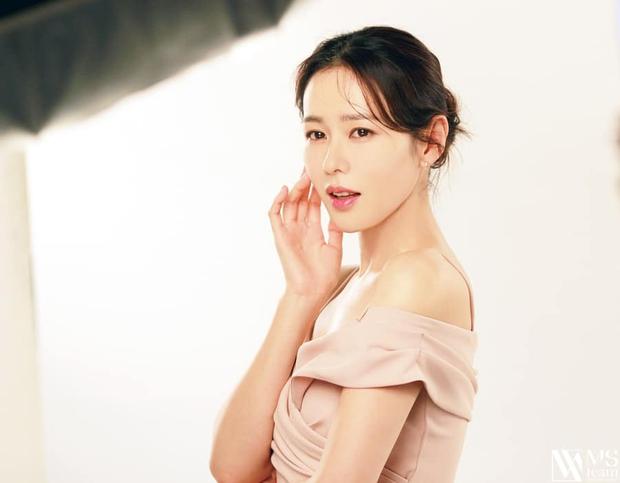 Son Ye Jin đẳng cấp như nữ thần mùa xuân, ảnh hậu trường còn xuất sắc hơn cả ảnh tạp chí - Ảnh 13.