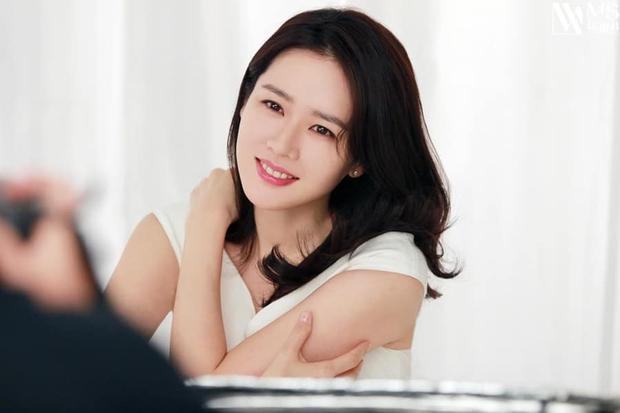 Son Ye Jin đẳng cấp như nữ thần mùa xuân, ảnh hậu trường còn xuất sắc hơn cả ảnh tạp chí - Ảnh 14.