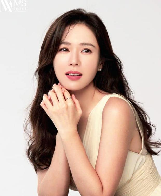 Son Ye Jin đẳng cấp như nữ thần mùa xuân, ảnh hậu trường còn xuất sắc hơn cả ảnh tạp chí - Ảnh 15.